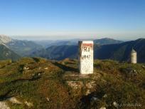 Cippo di confine sulla vetta del Monte Guarda
